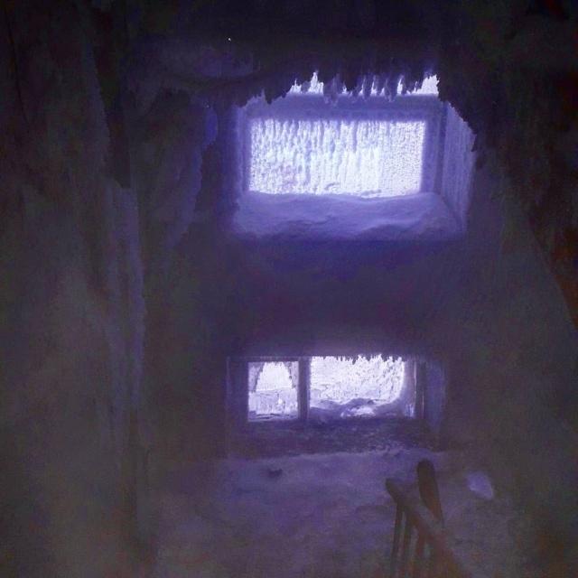 """""""Ледяная пещера"""" в жилом доме Омска"""