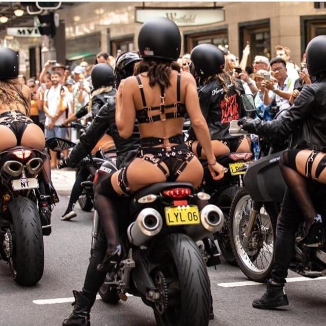 Девушки в откровенных нарядах прокатились по Сиднею на мотоциклах