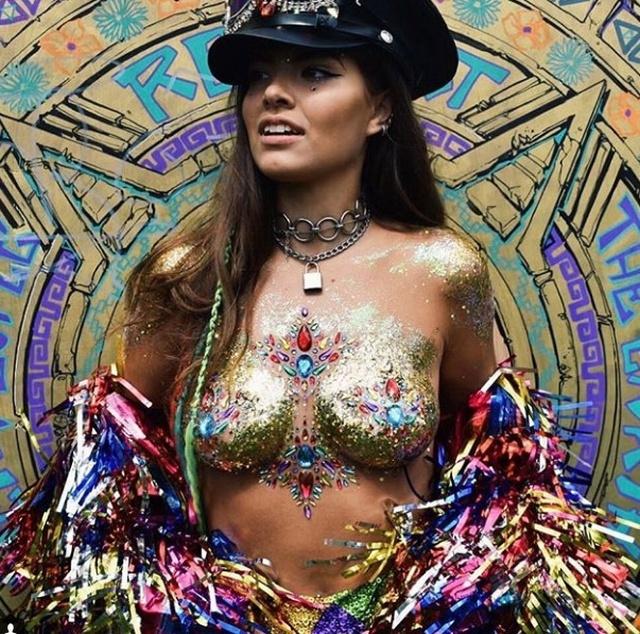 """Уличная художница Софи Фи, запустившая тренд """"GlitterBoobs"""", заработала больше миллиона фунтов за год"""