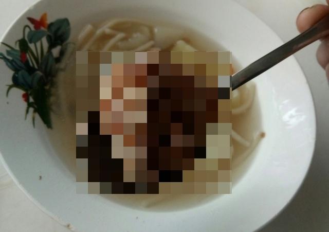 Ученики обнаружили в школьном супе кусок мяса с щупальцами