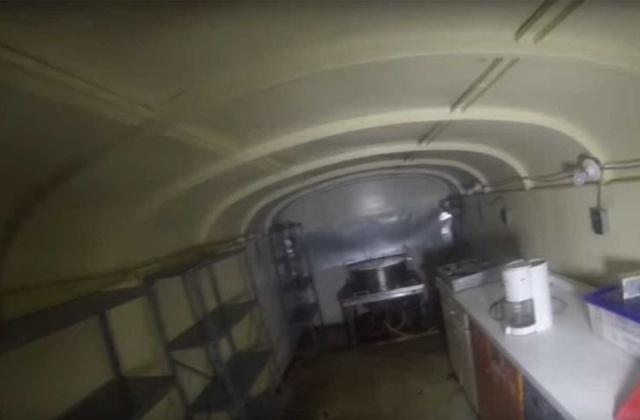 Подземное убежище, созданное из 42 школьных автобусов