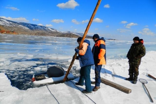 Автомобили, застрявшие во льду Байкала