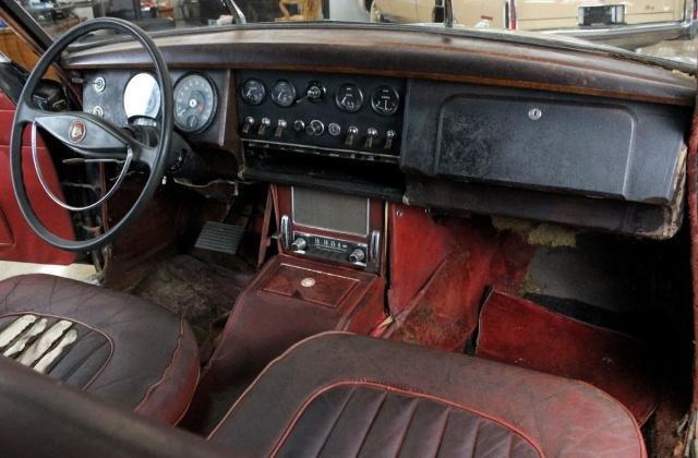 Раритетный Jaguar Mk II в старом заброшенном доме