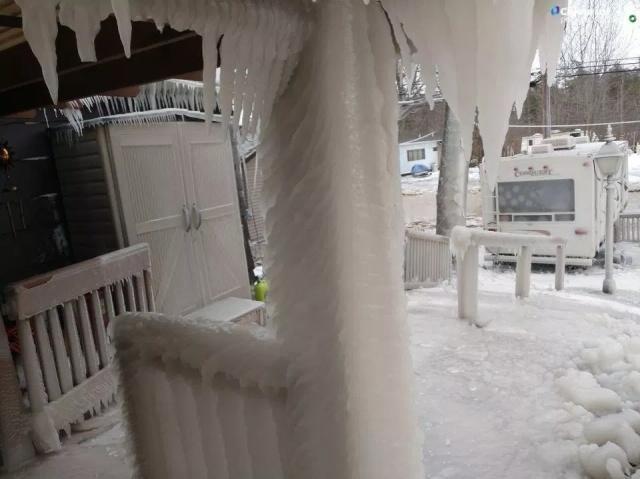 Пляжный домик во льдах