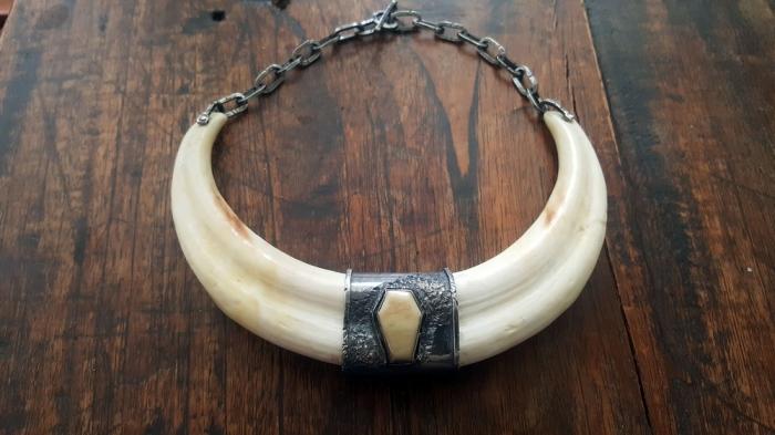 Девушка-ювелир делает украшения с человеческими зубами и костями