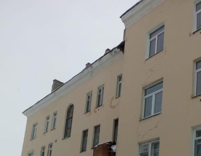 Из-за наледи на крыше пострадал автомобиль судьи