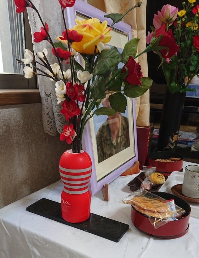 Житель Японии использовал секс-игрушку в качестве вазы, чтобы украсить урну с прахом покойной жены