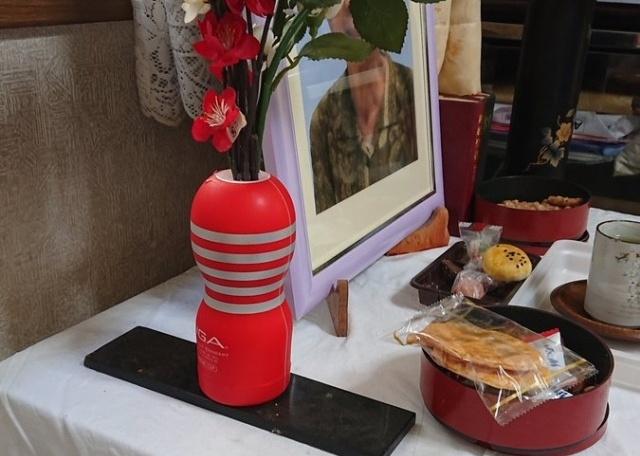 Житель Японии использовал секс-игрушку в качестве вазы, чтобы украсить урну ...