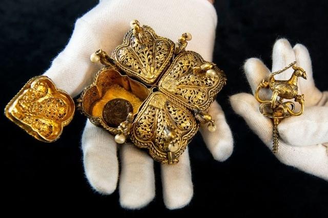 Семейная пара из Великобритании нашла бесценные реликвии на чердаке