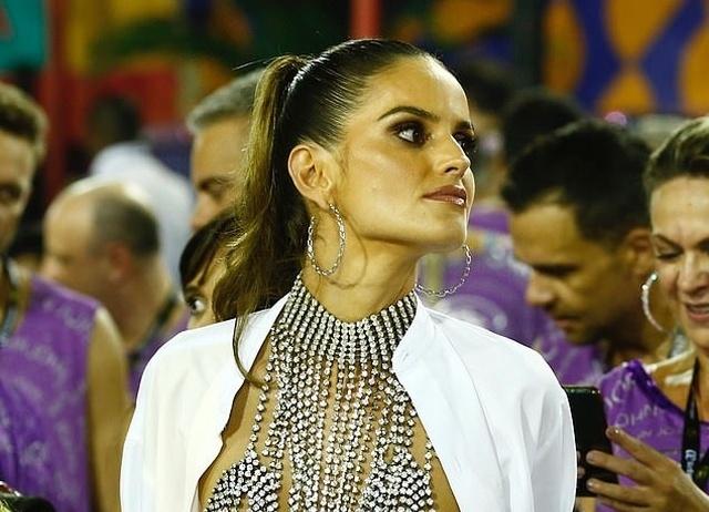 Изабель Гулар в откровенном наряде на карнавале в Рио-де-Жанейро