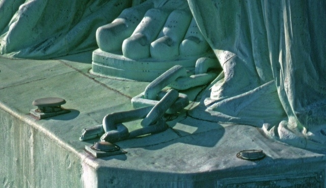 Что можно увидеть, приподняв подол Статуи Свободы?