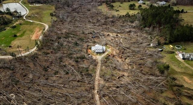 Дом, уцелевший во время разрушительного торнадо