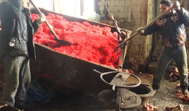 5 тонн запрещенной к ввозу в РФ икры сгребали лопатами