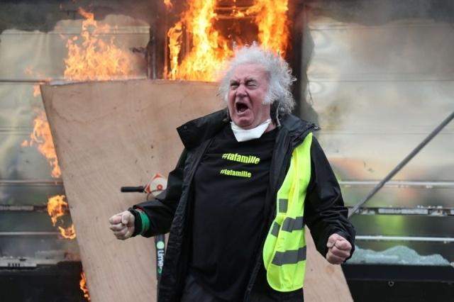 """Фотожабы на фото """"орущий мужчина с протестов жёлтых жилетов во Франции"""""""