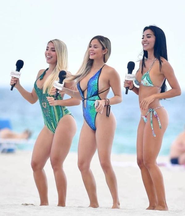 Очаровательные телеведущие на пляже в Майами-Бич