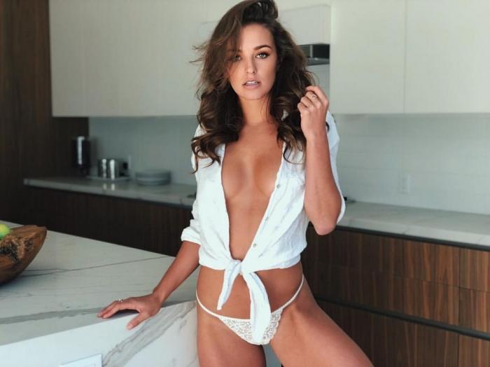 Сексуальные девушки в белых маечках