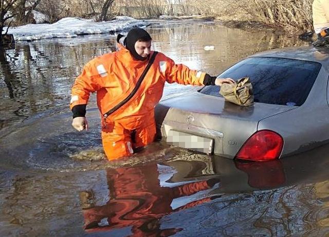В Сибири сотрудники МЧС спасли девушку, автомобиль которой утонул в луже