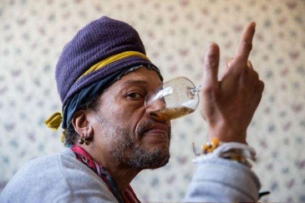Снимает усталость и творит чудеса с либидо: мастер йоги пьет мочу через нос
