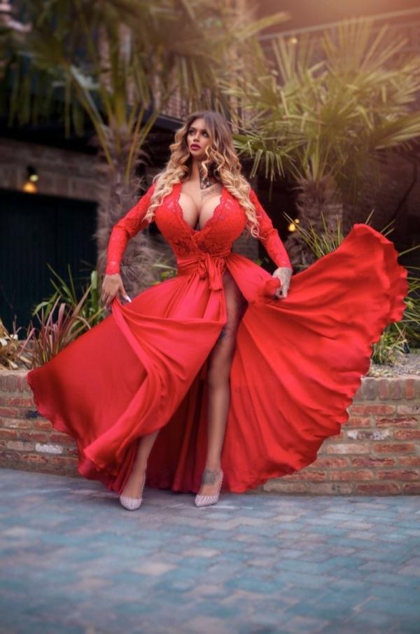 Ники Валентина Роуз - девушка с самой большой силиконовой грудью в Великобритании