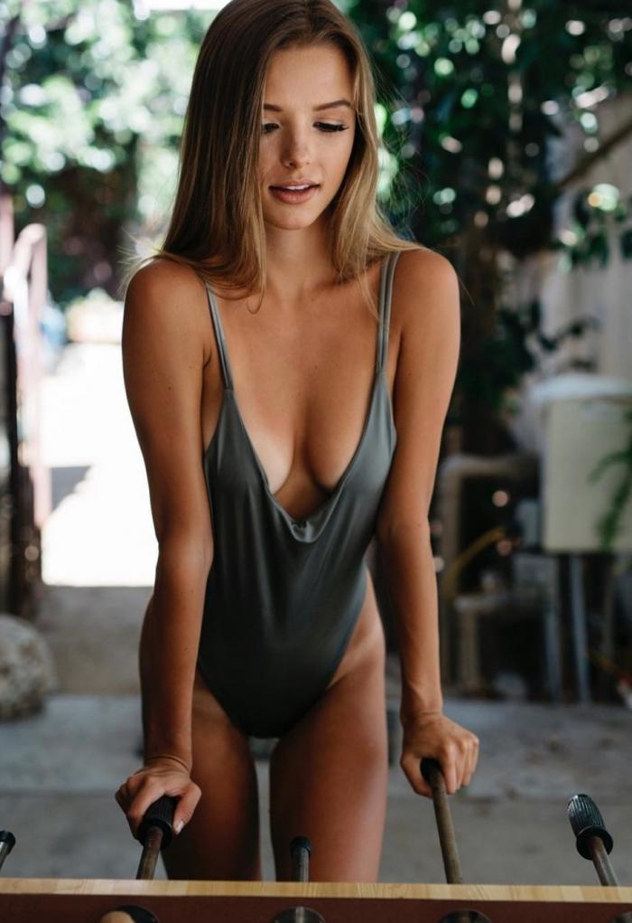Девушки в купальниках и нижнем белье