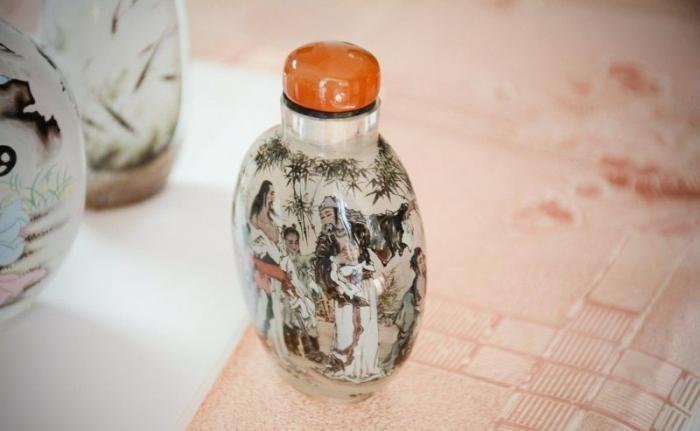 Впечатляющая роспись стеклянных табакерок изнутри