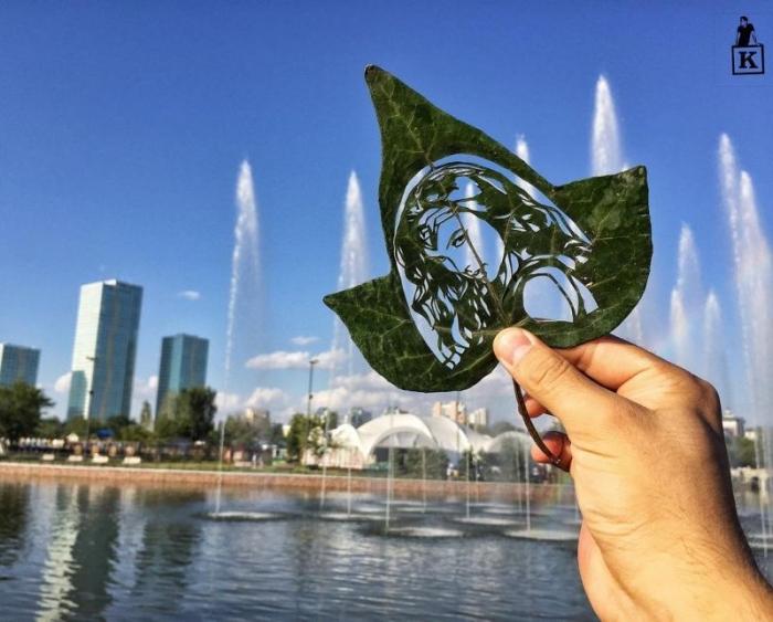 Художник создает произведения искусства, филигранно вырезая бритвой на листьях