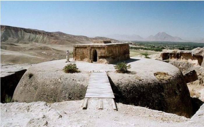 Древнее буддийское сооружение Тахт-э Рустам, вырезанное в скале