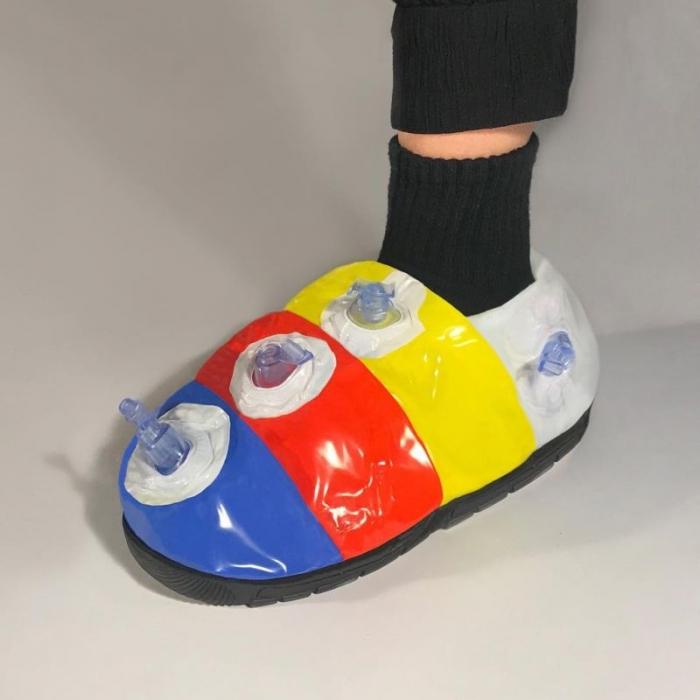 Дизайнер клепает обувь и одежду из чего попало, и этот треш даже кто-то покупает