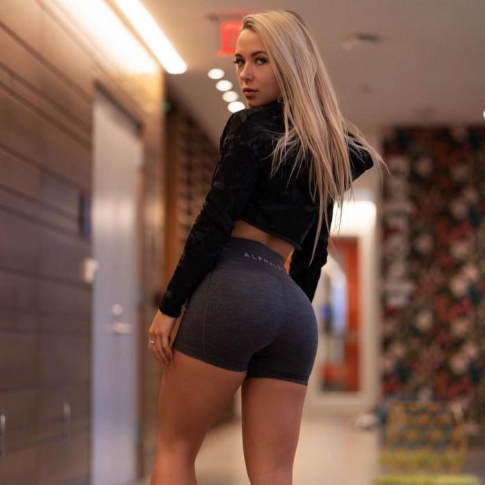 Девушки в спортивных шортиках