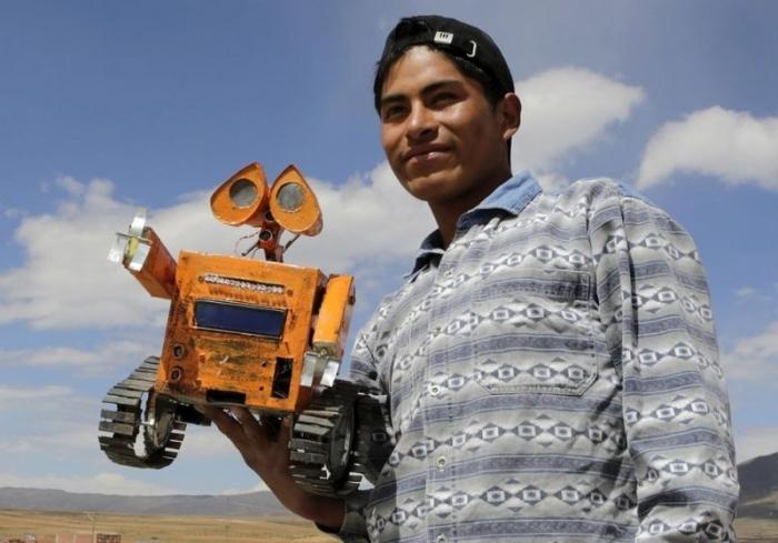 Студент создал работающего робота Валл-И из того, что нашел на свалке