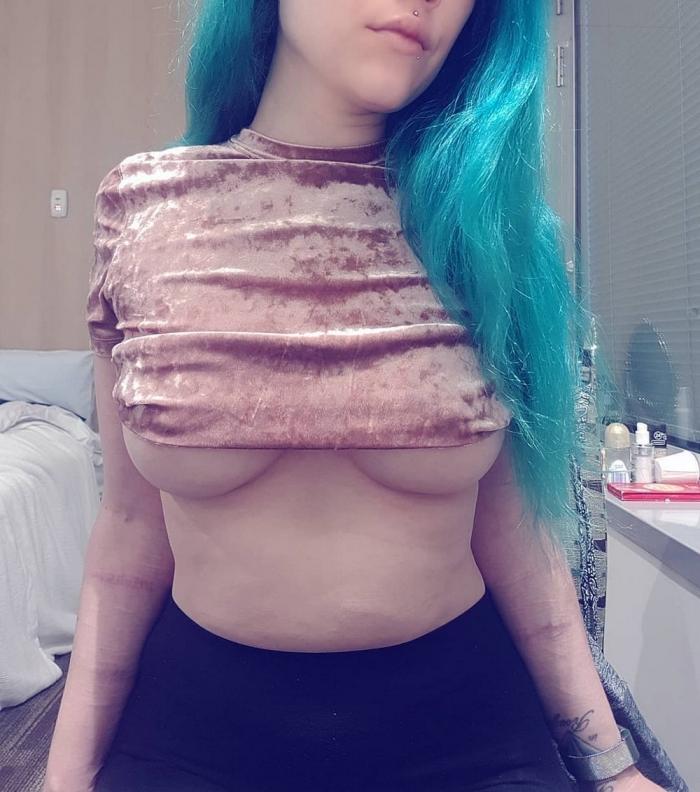 Девушки с полуобнаженной грудью