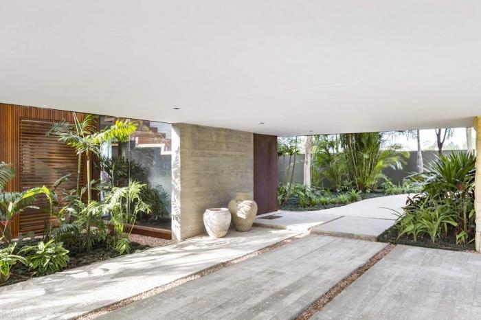 «Угловой дом» с видом на озеро в Бразилии