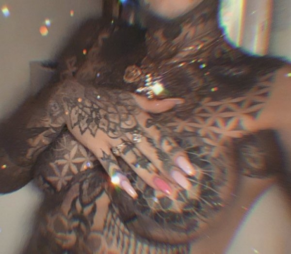 Девушка-дракон похвасталась новыми острыми клыками