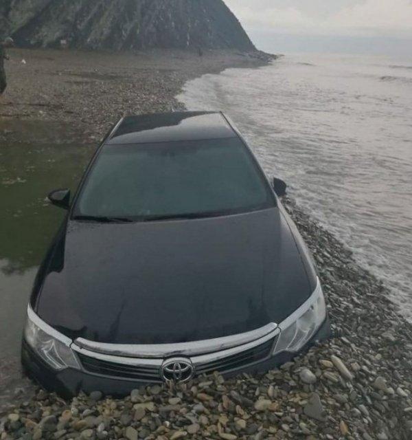 В Архипо-Осиповке на День России ребятам было так весело, что они чуть не утопили машину в море