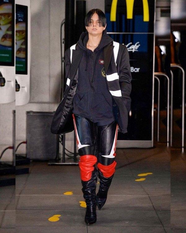 Модный бренд Vetements провел показ новой коллекции в парижском McDonald's