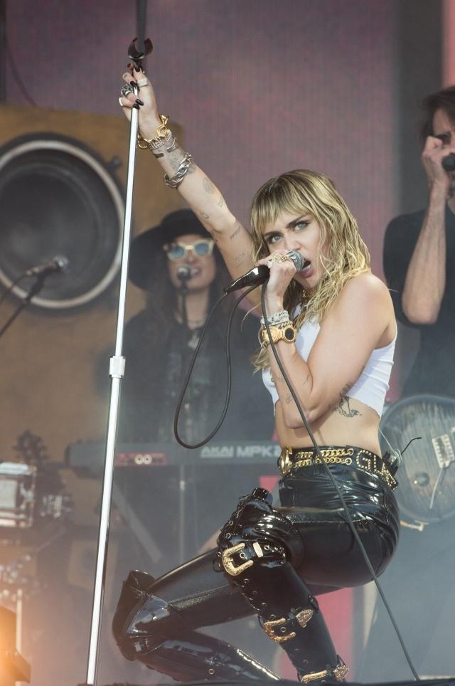 Майли Сайрус выступила на музыкальном фестивале в Гластонбери