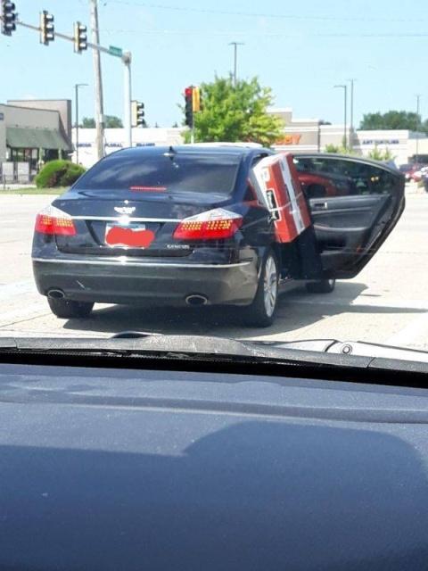 Кто выдал этим людям водительские права?