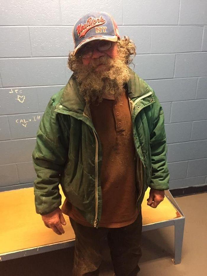 Бездомный мужчина и полиция