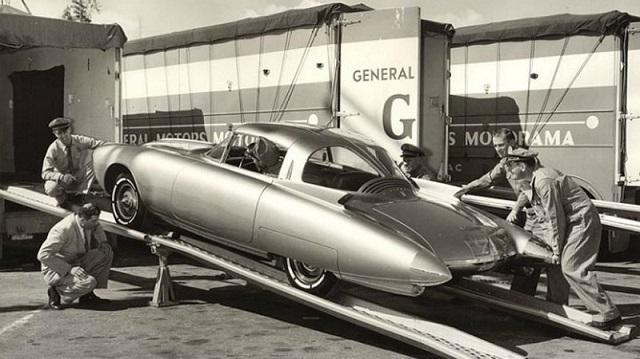 """Золотая ракета"" - впечатляющий концепт-кар из стеклопластика"