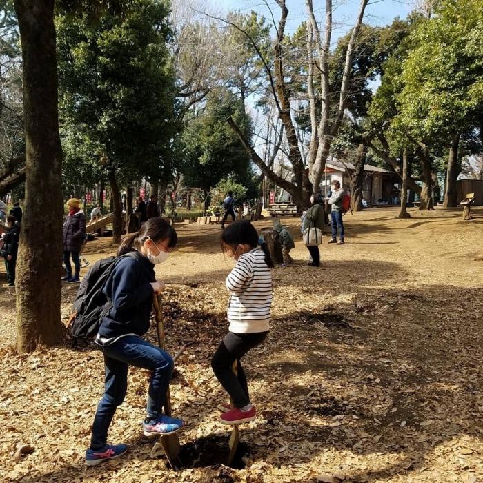 Японский парк, где дети играют с ножами и молотками, жгут костры и прыгают с крыш зданий