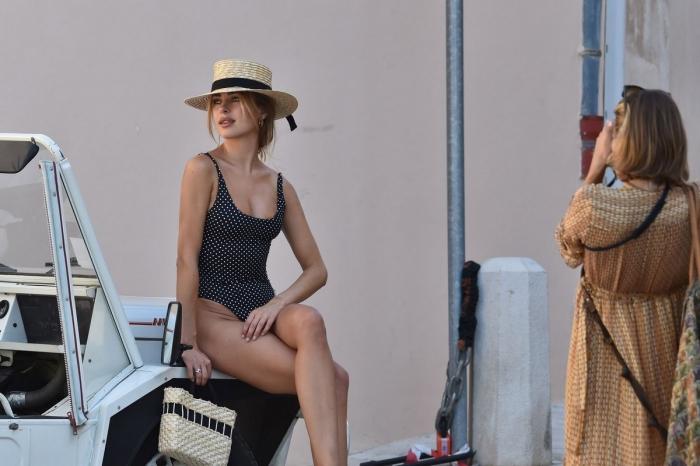 Кимберли Гарнер в купальнике с собакой