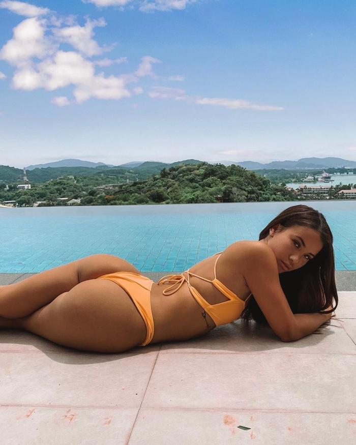 Девушка стала моделью благодаря фото в купальниках