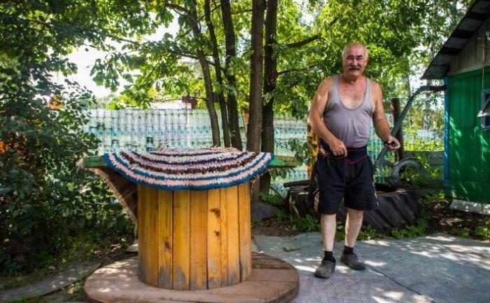 Дачный забор из пластиковых бутылок длиной 50 метров