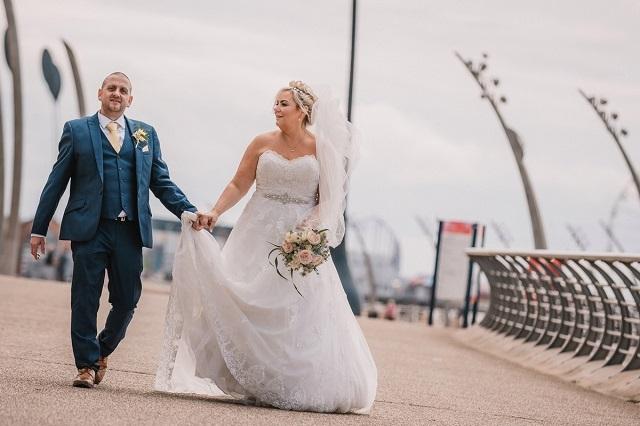 Британка испортила свадебное платье за тысячу фунтов ради забавной фотосесс ...