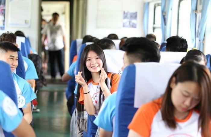 В Китае молодежь грузят в поезд любви, чтобы помочь найти свою половинку