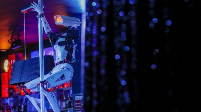 В ночном клубе на пилон отправили роботов на каблуках