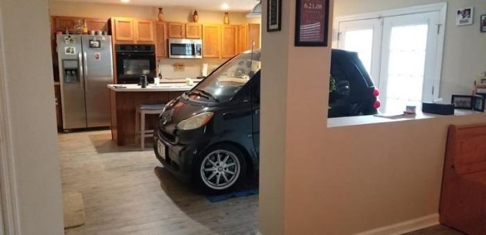 Чувак так переживал за свою машину, что загнал ее в дом на кухню