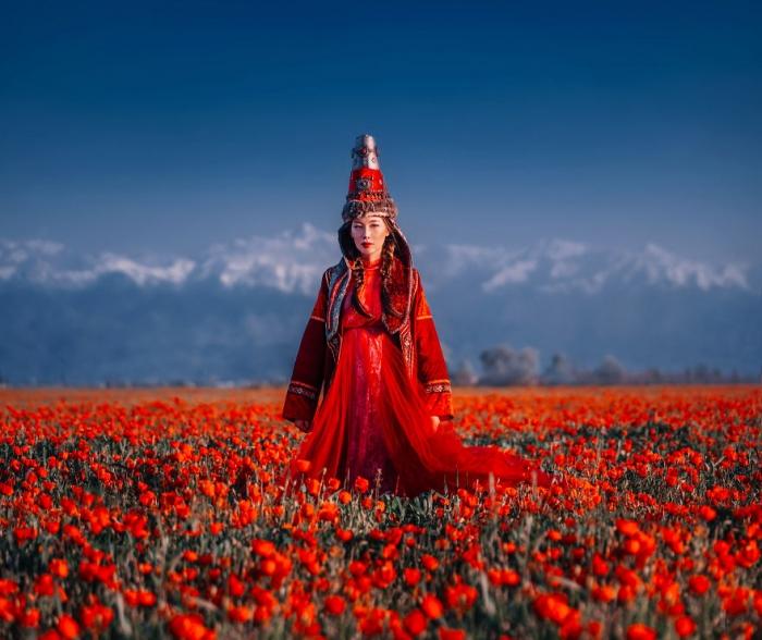 Фотограф снимает девушек в потрясающих платьях в самых подходящих для них местах