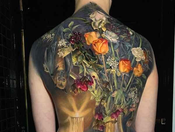 Девушка-картина с татуировкой-натюрмортом на всю спину и ягодицы