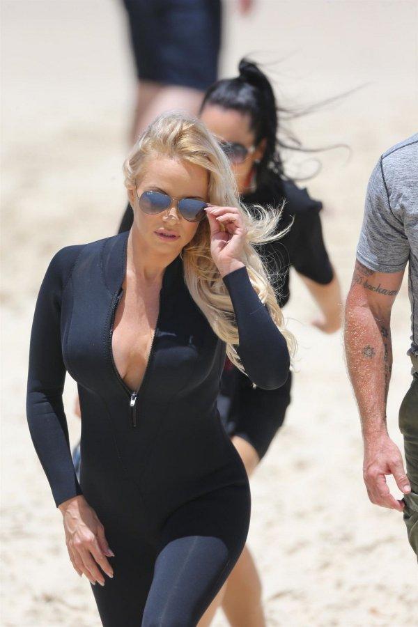 Памела Андерсон вернулась на пляж в облегающем гидрокостюме
